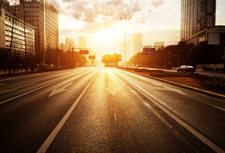 cruce de caminos: escena moderna carretera de la ciudad al atardecer