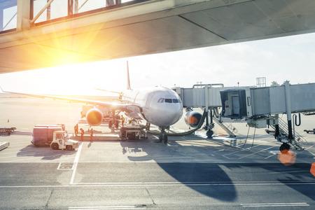 vliegtuig laden in de luchthaven bij zonsondergang Stockfoto