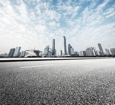 moderne Straße mit Skyline und Stadtbild Hintergrund