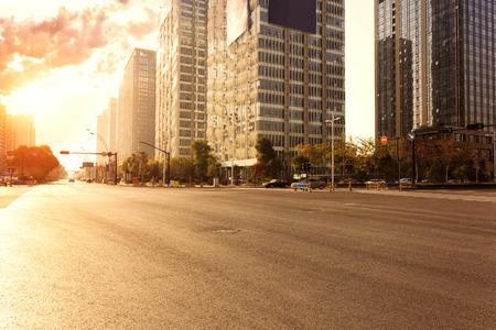 horizonte, vías urbanas y edificios de oficinas al atardecer