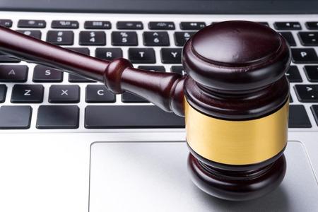 juge marteau: juge marteau sur le clavier Banque d'images
