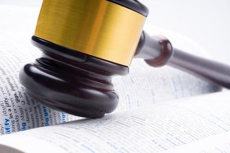 juge marteau: juge marteau gisait sur le livre