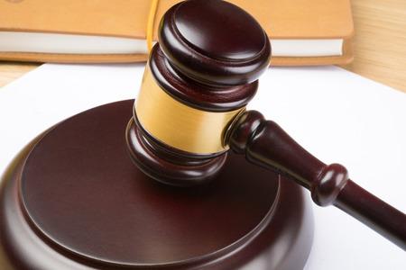 juge marteau: juge marteau sur du papier blanc et la table