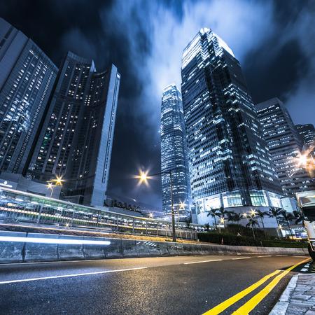 Ocupado estelas de luz de tráfico y edificios de oficinas.