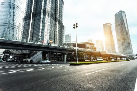 estilo urbano: v�a urbana y modernos edificios de oficinas al atardecer
