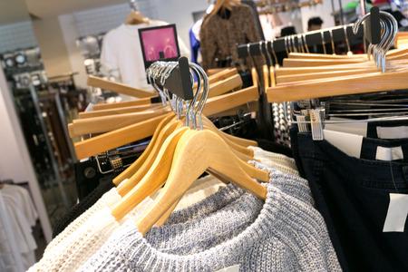 moda ropa: ropa de moda en la tienda Foto de archivo