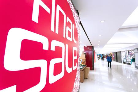 moda ropa: tablero de cartel de venta en toda la moda shopfront