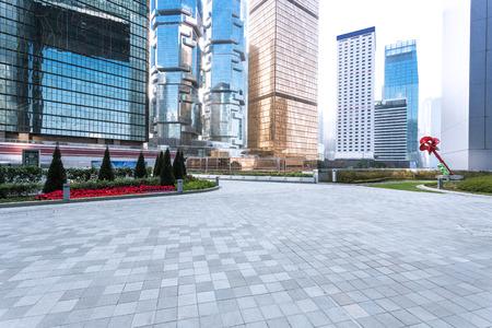 anuncio publicitario: pavimento vac�a y rascacielos en la ciudad moderna