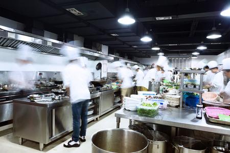 moderne keuken en drukke koks Stockfoto