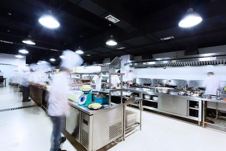 steel pan: moderna cocina y cocineros ocupados