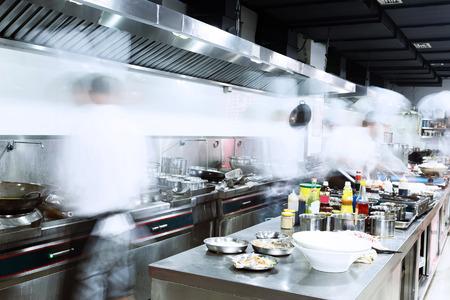 モダンなキッチン、忙しいシェフ
