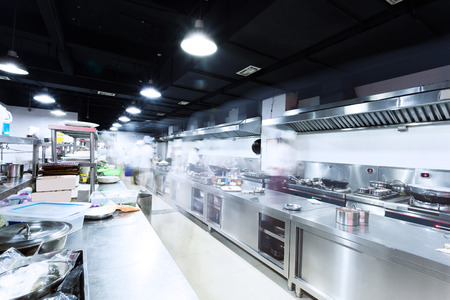 acier: cuisine moderne et chefs occupés Banque d'images