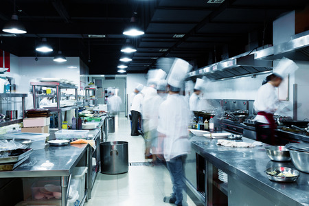 Modern kitchen and busy chefs in hotel Stockfoto