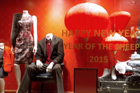 mannequin: mannequin dans la fenêtre d'affichage de boutique de mode