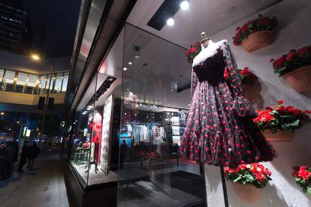 ファッション ショップ表示ウィンドウでマネキン