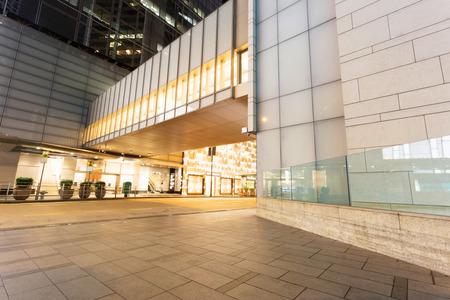 モダンな建物の外装の前に空のコピー スペース