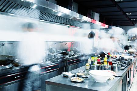 chef cocinando: Cocina moderna y cocineros ocupados en el hotel
