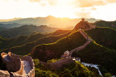 muralla china: Gran pared bajo el sol durante el atardecer