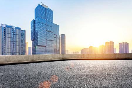 suolo: Piano vuoto e moderno edificio con raggio di sole