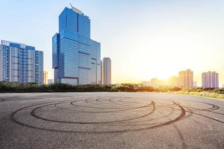 Leere Boden und modernes Gebäude mit Sonnenstrahl Standard-Bild - 39918202