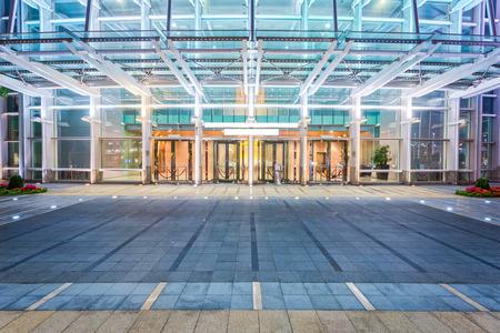 モダンな建物のファサードの近くの空床 報道画像