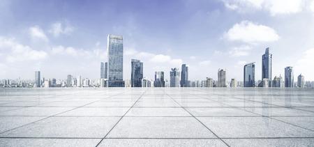 hormig�n: Piso vac�o con el horizonte y los edificios modernos Foto de archivo