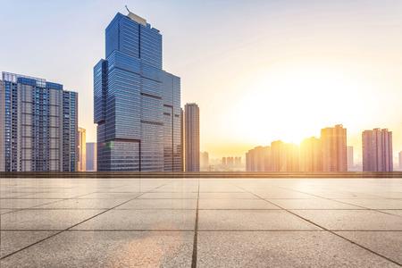 city: Piso vacío y moderno edificio con el rayo de sol Foto de archivo