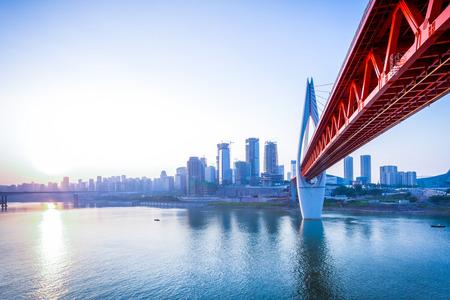 infraestructura: horizonte, r�o y el puente durante la puesta de sol