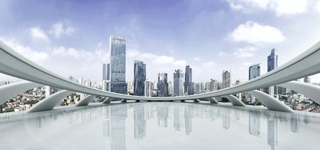 plataforma: Piso vacío y el paisaje urbano moderno