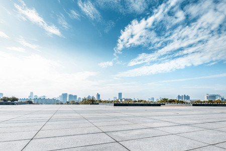 city: Plaza vacía y el piso con el cielo