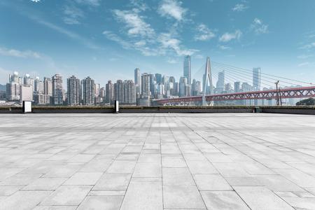 route: skyline moderne et route déserte