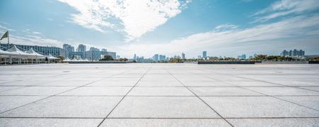 estilo urbano: Camino vacío con la vista del cielo Foto de archivo