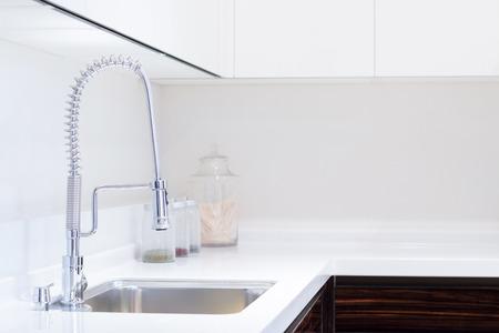 llave de agua: fregadero de la cocina y la decoración Foto de archivo