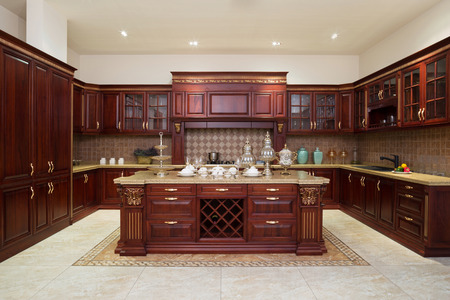 Moderne keuken interieur en meubels Redactioneel