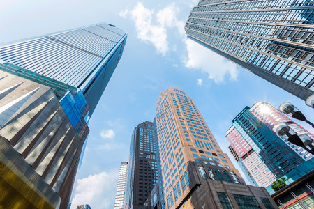 locales comerciales: bajo ángulo de vista de los rascacielos