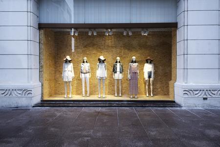 mannequins op winkelpui