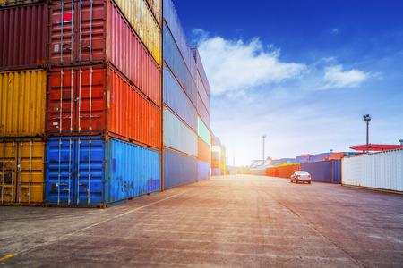 Lege weg en containers in de haven bij zonsondergang