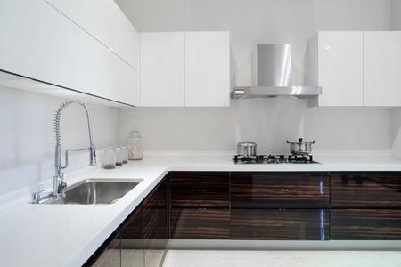 estufa: Interior de la cocina moderna y muebles