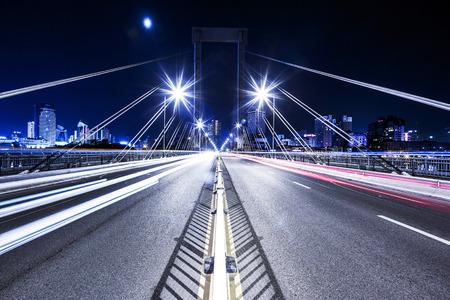 light trail: rastro sem�foro en el puente Foto de archivo