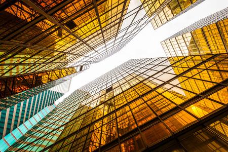 comercial: bajo ángulo de vista de exterior moderno rascacielos y el cielo en la ciudad moderna