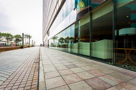 locales comerciales: edificio comercial moderno con la carretera vacía como espacio de la copia. Editorial