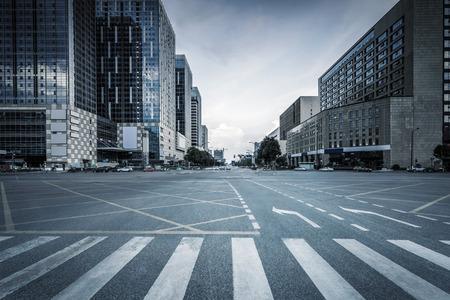 estilo urbano: carretera vacía y modernos edificios de oficinas