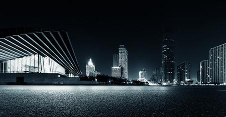 Vaciar la carretera de asfalto y el horizonte moderno en la noche Foto de archivo - 41260930