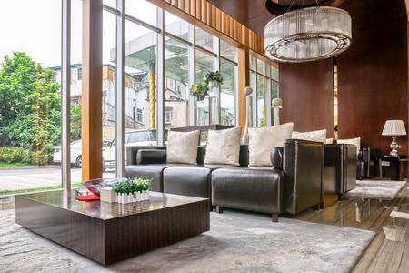 luxe hotel lobby en meubels met modern design stijl interieur Redactioneel