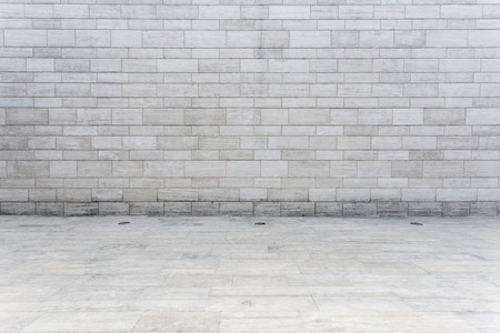 흰색 벽돌 벽과 빈 사암 도로
