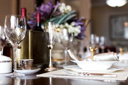 연회 테이블에 와인 잔
