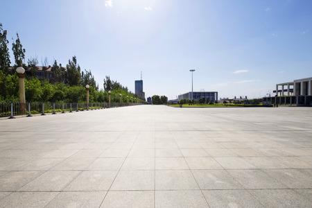 Długo pusty chodnik w nowoczesnym placu miasta z skyline.