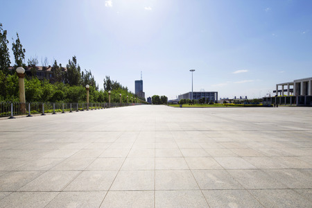 lungo sentiero di vuoto nella moderna piazza con skyline.
