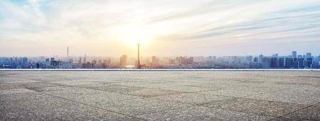 landschaft: Panorama-Skyline und Gebäude mit leeren Beton quadratischen Grund