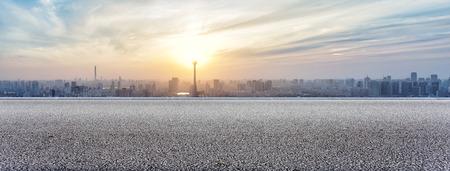 Panoramisch skyline en gebouwen te bekijken met lege weg